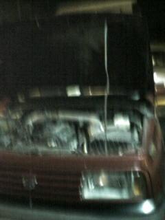 車のボンネットからフマキラーの様にオイルが吹き出す